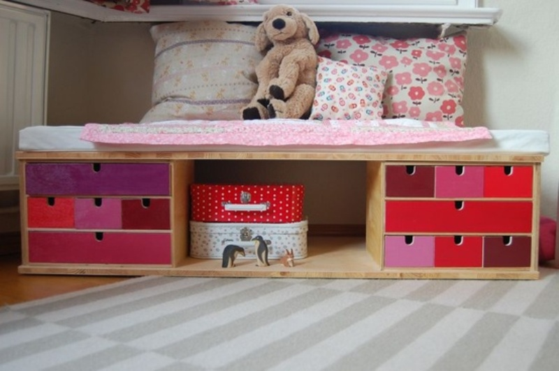 12 nice ideas to use underseat storage in kids room - Cameretta fai da te ...