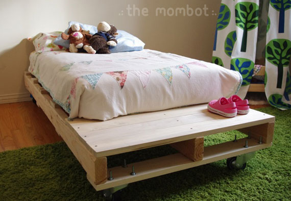 Cool DIY Pallet Toddler Bed (via themombot )