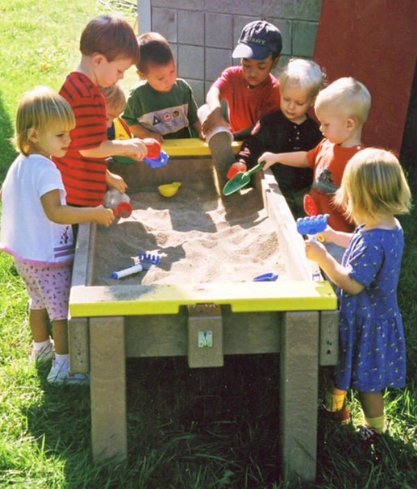 7 comfortable kids tables for playing with sand kidsomania. Black Bedroom Furniture Sets. Home Design Ideas