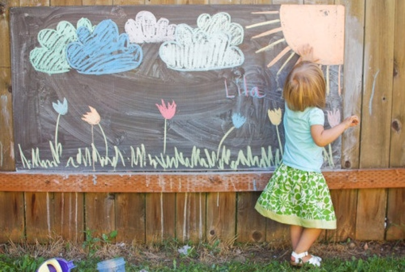 How to build an outdoor chalkboard kids love - Make this for inside the play set? 50 Ideas That Will Beautify Your Yard (Without Breaking the Bank) for the tetherball and darts Stor sponplade med tavle maling med kridtspande til kreativ leg How to make a giant outdoor chalkboard for your yard.