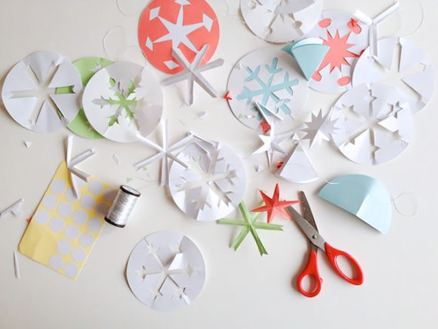 Easy diy cute paper snowflakes kidsomania for How to make a real paper snowflake