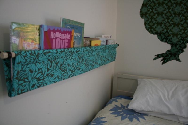 Simple diy hanging kids book display kidsomania for Diy book rack