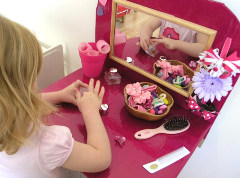 Diy kids dressing table from cardboard kidsomania for Beauty parlour dressing table images