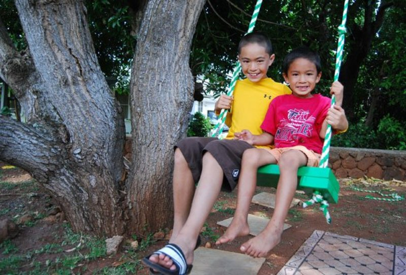 Diy tree swing for two in the backyard kidsomania for Diy kids swing