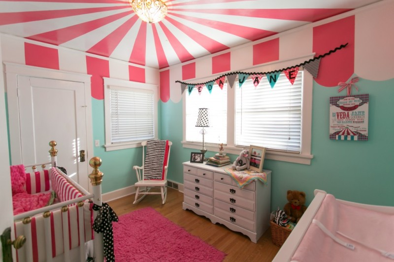 Unusual and bright circus ceiling in child s room kidsomania for Circus themed bedroom ideas