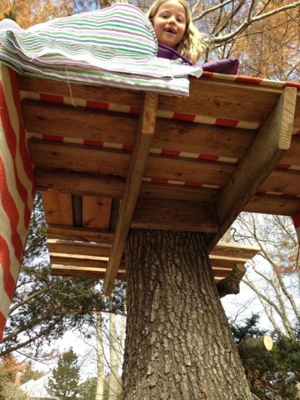 Simple and cute diy tree house for your kids outdoor for How to build a treehouse with sticks