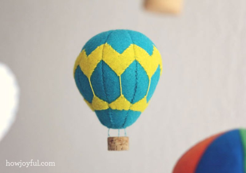 Lovely diy felt hot air balloon mobile kidsomania for How to make a small air balloon